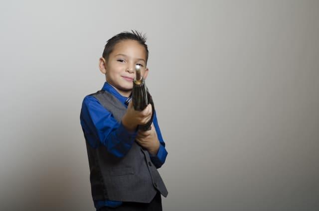 銃のようなものを持つ子供